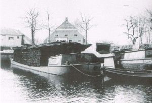Haven. Turfschip in haven Noordlaren (foto uit R. Siekmans Onnen tot 2000) (002)